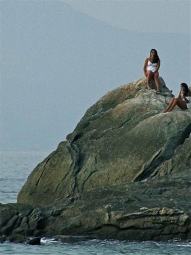 Dos chicas en una roca by JoseAngelGarciaLanda