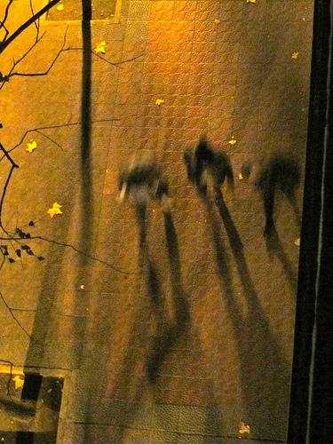 Unos encapuchados pasantes by JoseAngelGarciaLanda