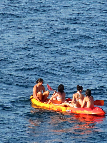 Chicas afloat by JoseAngelGarciaLanda