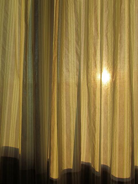 El sol tras la cortina