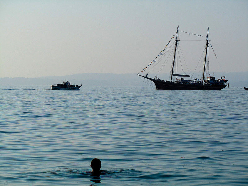 Ivo mira barcos