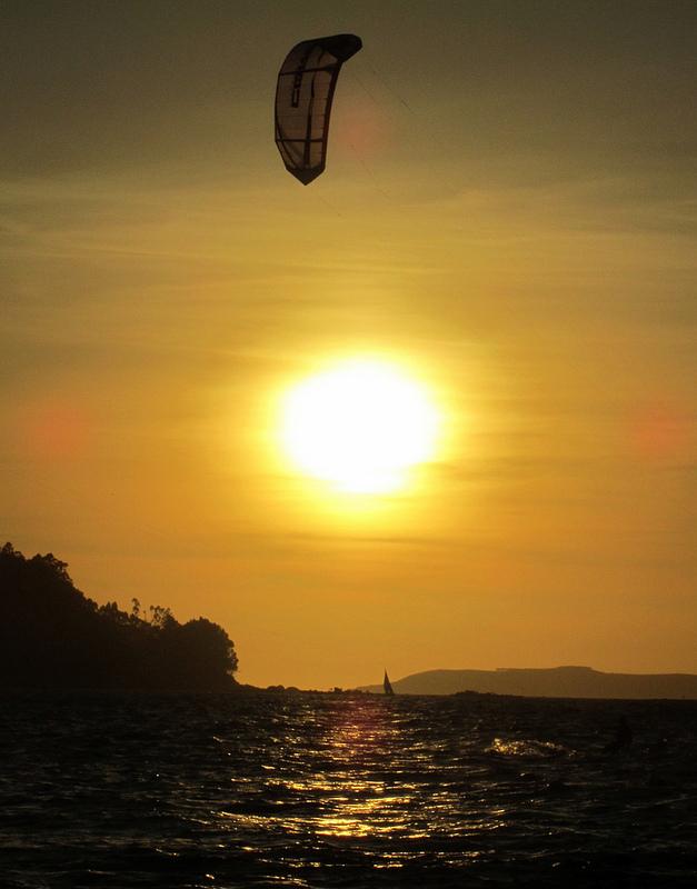 Kiteboarder frente al sol