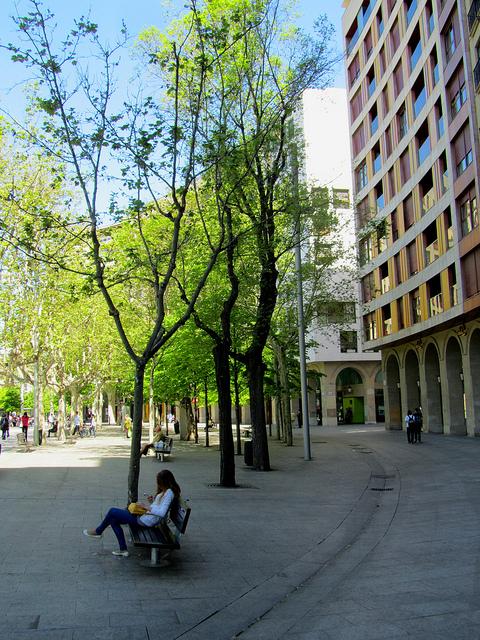 Chica en la plaza Aragón
