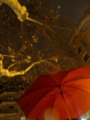 El paraguas rojo by JoseAngelGarciaLanda